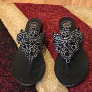 Flat sandals with decorative beating